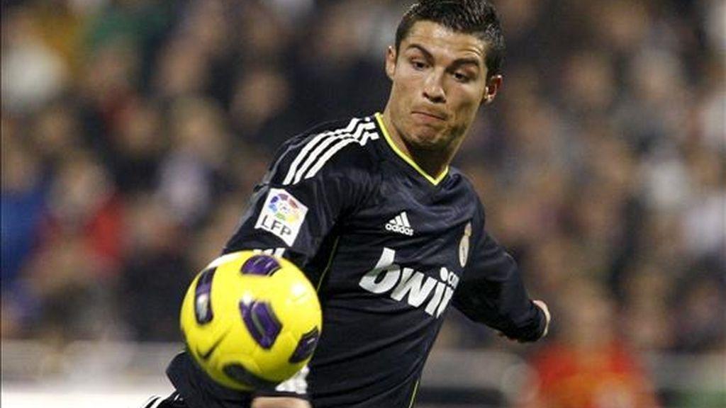 El delantero portugués del Real Madrid Cristiano Ronaldo se dispone a chutar el balón durante el partido correspondiente a la decimoquinta jornada de Liga que el conjunto madridista disputó ayer con el Real Zaragoza en el estadio La Romareda. EFE