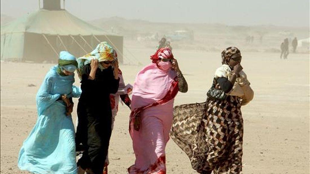 Varias mujeres saharauis caminan hacia el campo de refugiados de la localidad de Tifariti en el Sáhara Occidental. Un grupo de saharauis han sido retenidos entre Mauritania y Marruecos por falta de papeles. EFE/Archivo