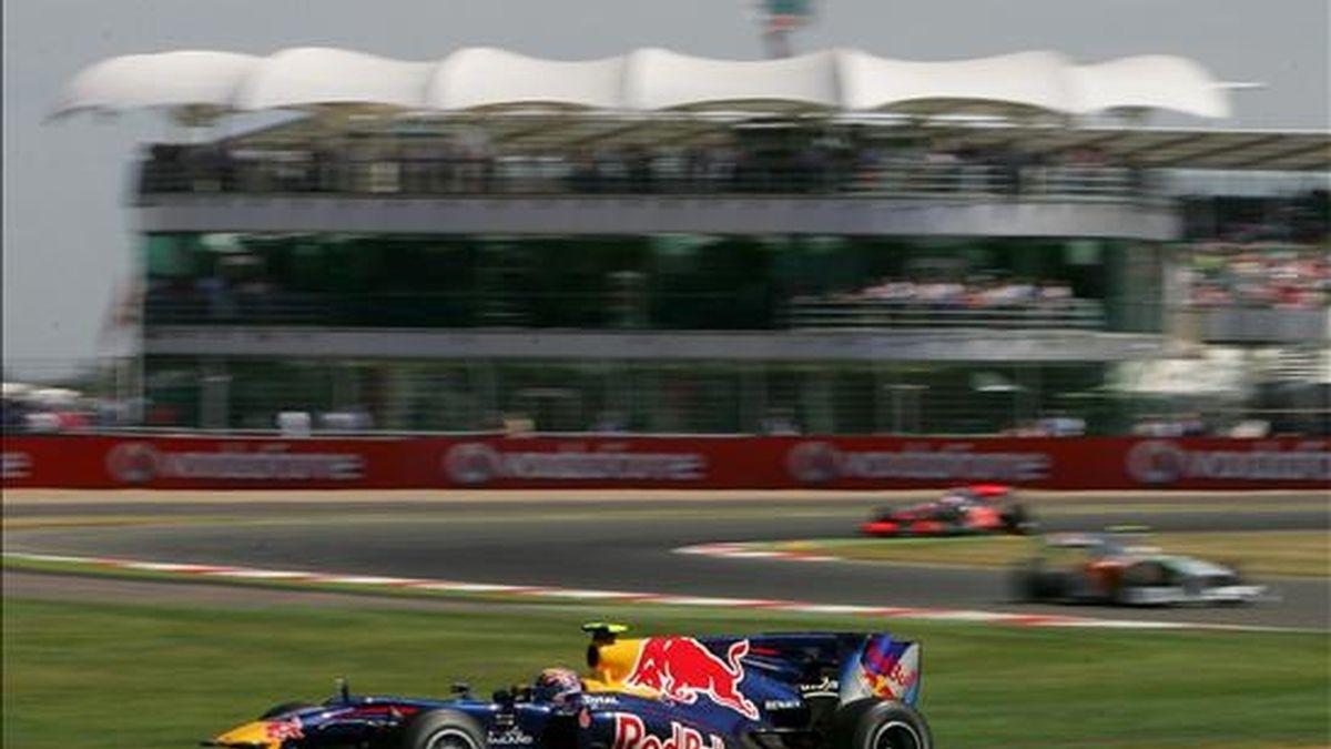 El piloto australiano de Fórmula Uno Mark Webber, de Red Bull, conduce su monoplaza durante los entrenamientos libres previos al Gran Premio de Gran Bretaña en Silverston, Reino Unido. El Gran Premio de Gran Bretaña se celebra el próximo domingo 11 de julio. EFE