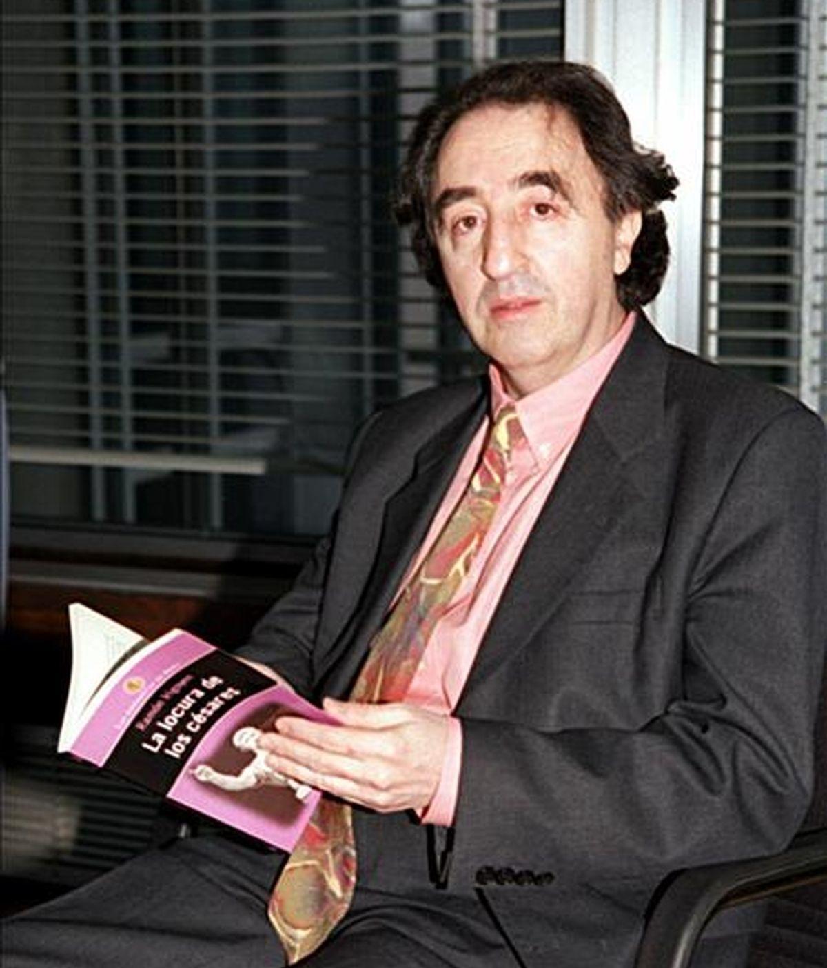 """Fotografía fechada el 26 de enero de 1999 del escritor Ramón Irigoyen con un ejemplar de su libro """"La locura de los Césares"""", durante la entrevista concedida a la Agencia EFE en Madrid. EFE/Archivo"""