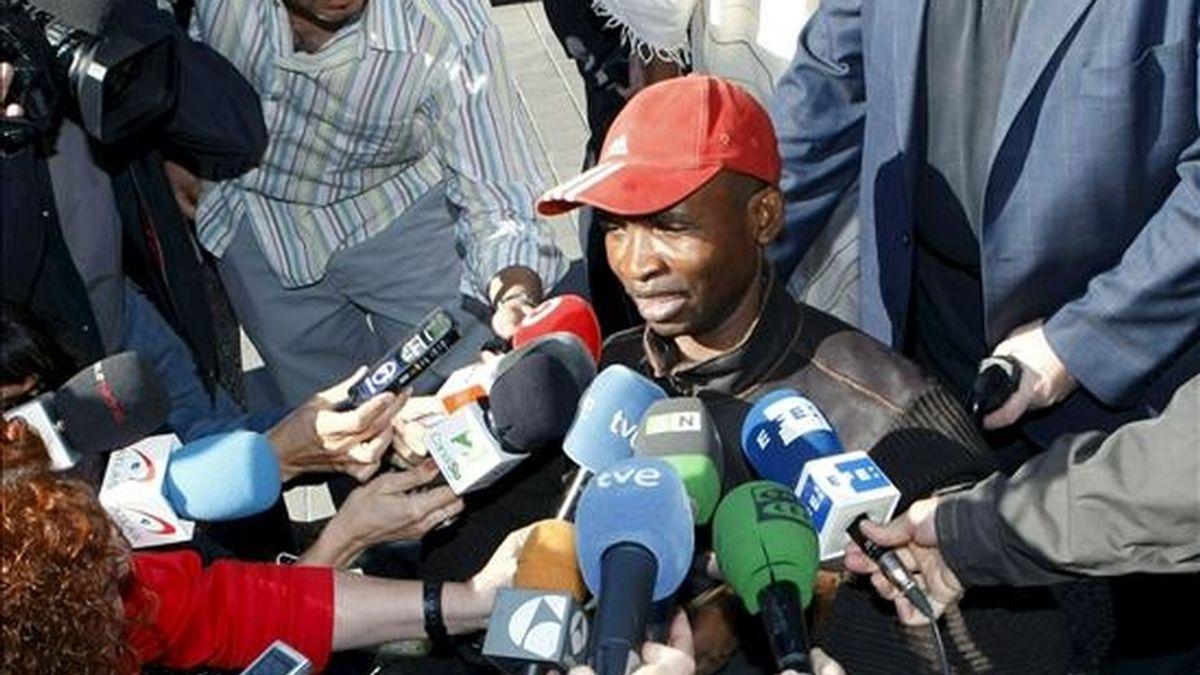Miwa Buene Monake, el congoleño que quedó tetrapléjico tras sufrir una agresión por motivos racistas en 2007 la localidad madrileña de Alcalá de Henares, atiende a los medios de comunicación antes de asistir al juicio contra su presunto agresor. EFE/Archivo