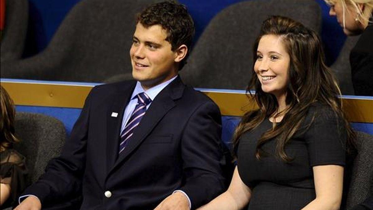 Johnston (i), ahora de 21 años, atrajo una gran atención mediática durante la campaña electoral de 2008 en EE.UU. cuando se supo que Bristol (d), la hija mayor Sarah Palin, esperaba un hijo de él. EFE/Archivo