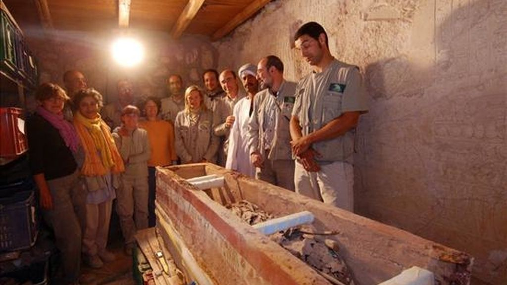 Fotografía de archivo del 18 de febrero de 2008 de una vista del ataúd hallado por un equipo de arqueólogos del Consejo Superior de Investagaciones Científicas (CSIC) de España, dentro de una tumba intacta perteneciente a un arquero de alto rango del imperio egipcio que tiene 4.000 años de antigüedad. EFE/Archivo