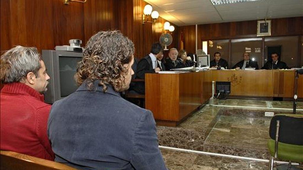 Tomás A. R (i), alias 'El Brujo', acusado de abuso sexual a trece menores de edad, y Alberto C. D. L. C., para quien la acusación solicita 34 años de prisión y parte de la indemnización, durante la segunda jornada del juicio que se celebra contra ellos en Ibiza. EFE