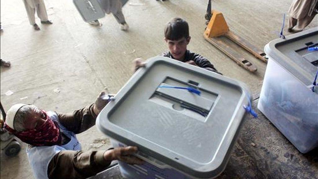 Dos trabajadores ordenan urnas electorales tras las elecciones parlamentarias en un depósito de la Comisión Electoral de Afganistán, en Kabul. EFE