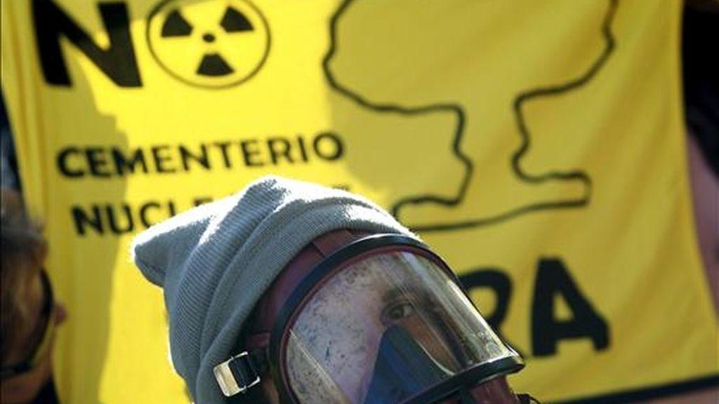 """Una delegación de la Plataforma ciudadana contra el ATC (Almacén Temporal Centralizado de residuos nucleares) en Zarra llevó hoy a cabo una perfomance ante el Ministerio de Industria con el título """"El Ministerio no tiene ni zarra idea"""", con la que quiso expresar su """"profundo rechazo"""" hacia la elección del municipio valenciano de Zarra como sede del ATC. EFE"""