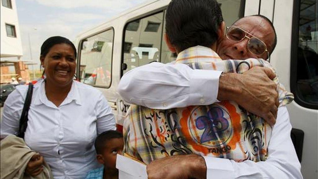 Próspero Gaínza Agüero (d, detrás), saluda, en presencia de su esposa María Ester y su hijo Rennys, a un conocido a su llegada a Madrid, el pasado 2 de septiembre. EFE/Archivo