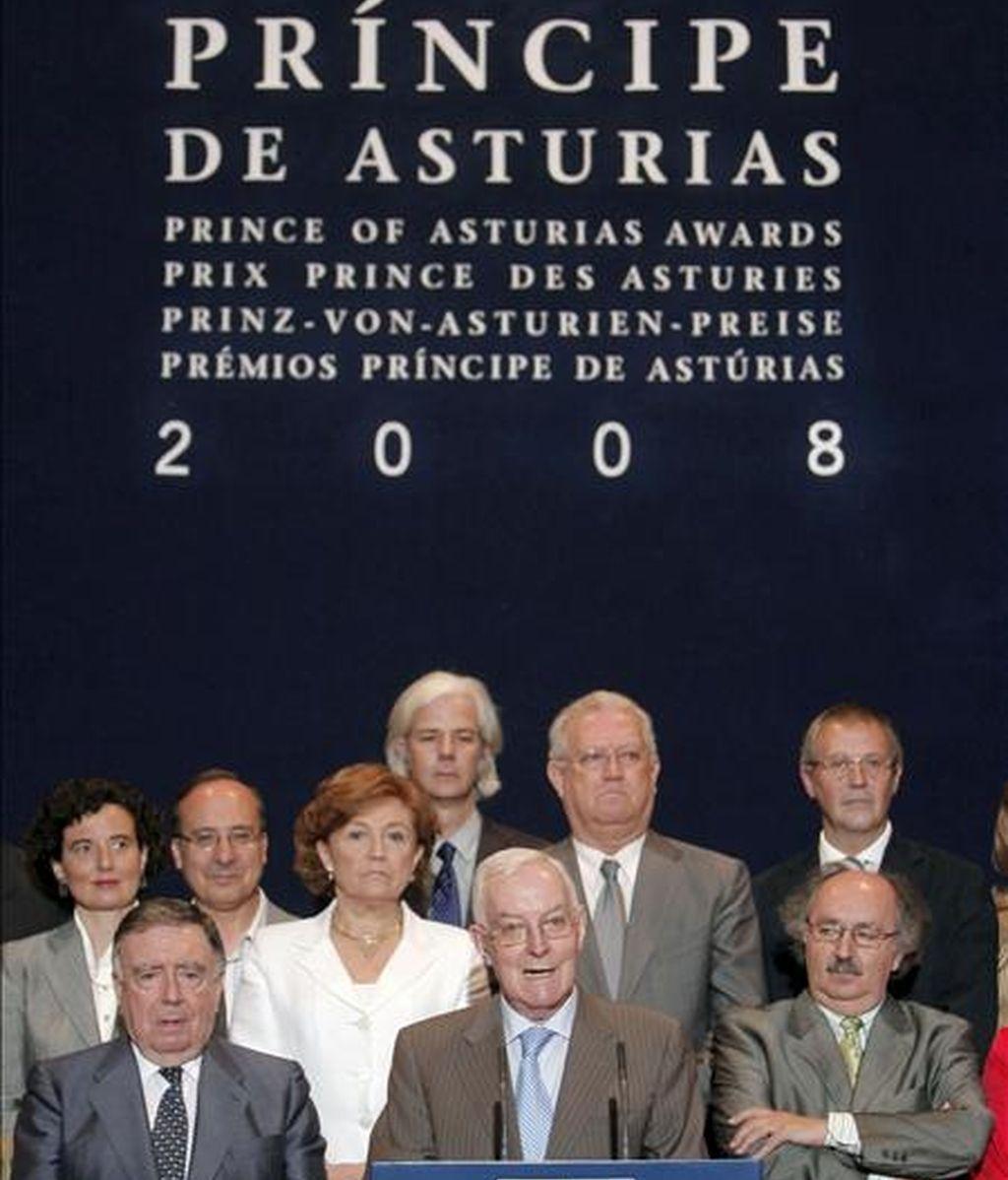 El jurado del Premio Príncipe de Asturias de las Letras 2008, presidido por el director de la Real Academia Española (RAE), Víctor García de la Concha (c), en el momento de anunciar el galardón de la pasada edición que recayó en la escritora canadiense Margaret Atwood. EFE/Archivo