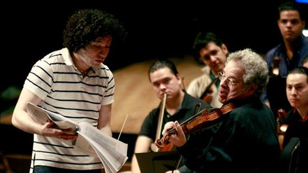 El director venezolano Gustavo Dudamel (i) conduce el ensayo general con miras al Concierto para Violín y Orquesta en Re Mayor, de Ludwig Van Beethoven, en el que el violinista israelí Itzhak Perlman (d) estará como solista, en el teatro Teresa Carreño de Caracas (Venezuela). EFE