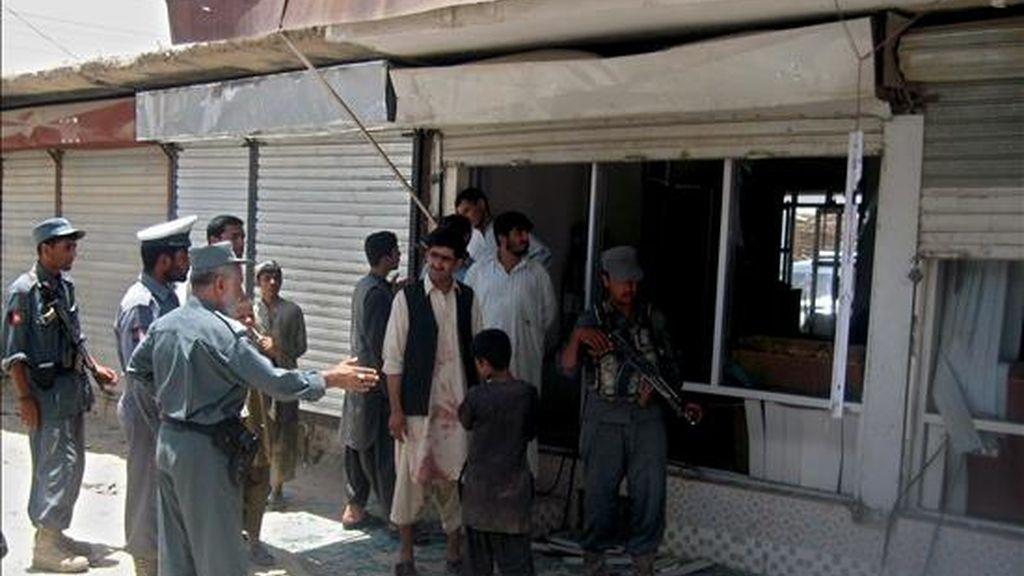 Policías afganos examinan el lugar de una explosión en Kandahar. EFE/Archivo