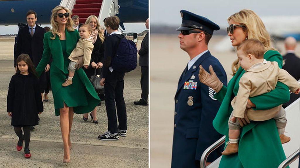 Ivanka a su llegada, con su hija mayor Arabella y el pequeño en brazos