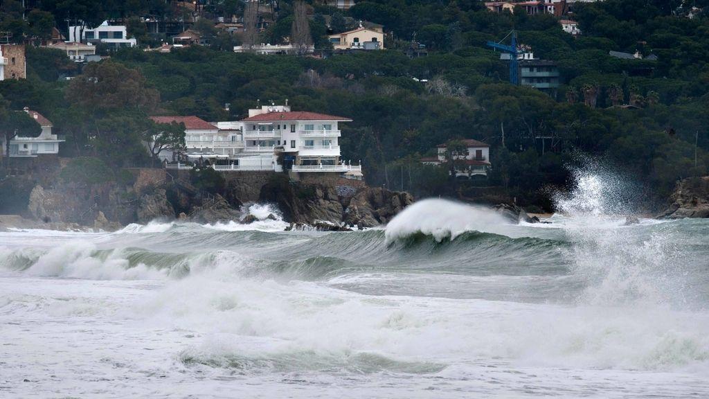 Vista de la playa de Platja d'Aro (Girona) tras el paso del temporal marítimo más fuerte desde octubre de 2003