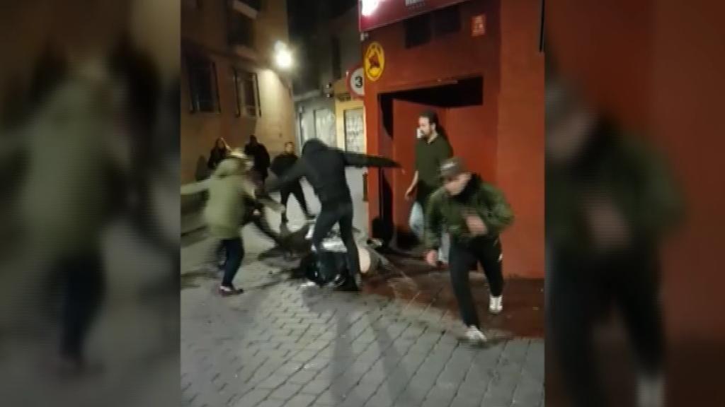 Patadas y puñetazos a una joven en la puerta de un bar de Murcia