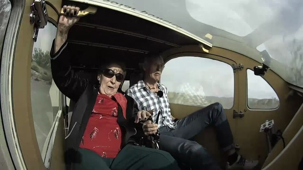 """Así fue la accidentada carrera de Jesús Calleja y la abuela """"rapera"""" en un coche solar"""