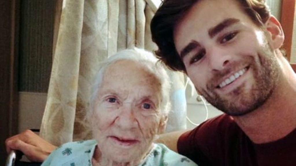 Maravillosa extraña pareja: un joven 'adopta' a su vecina enferma de leucemia