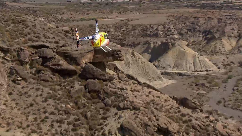 Jesús Calleja llega volando al desierto almeriense de Tabernas