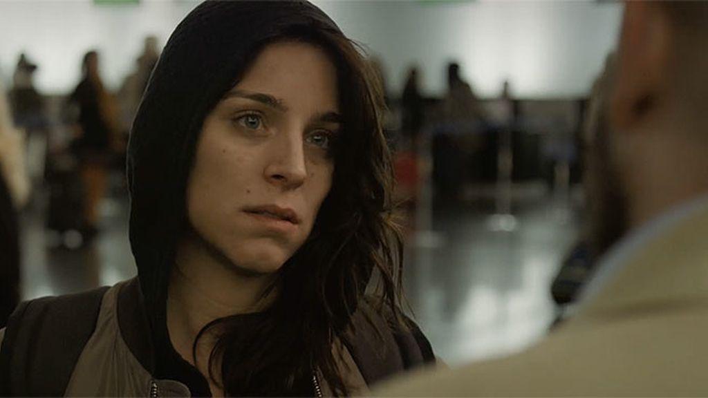 Charry intenta coger un vuelo a Bangkok, ¿sola o con alguien más?