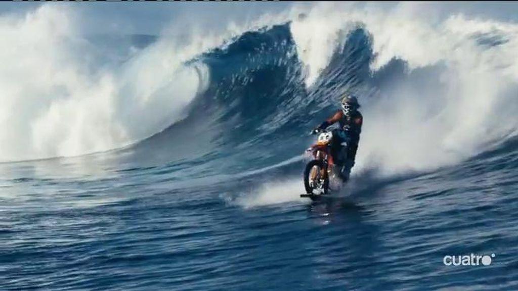 Este surfista coge olas con una moto de cross