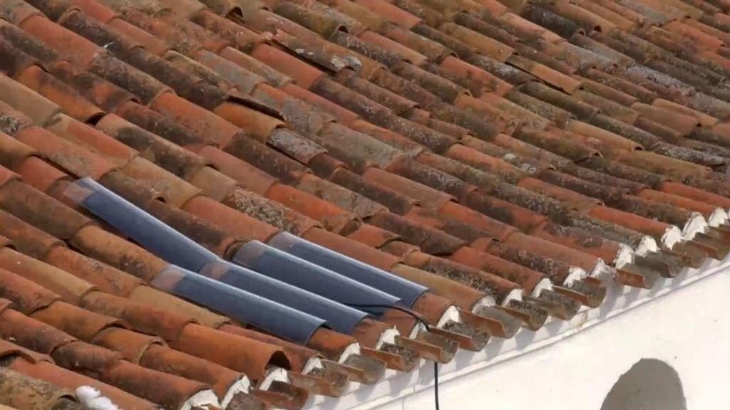 Los vecinos ponen tejas solares en una de las ermitas de Tabernas