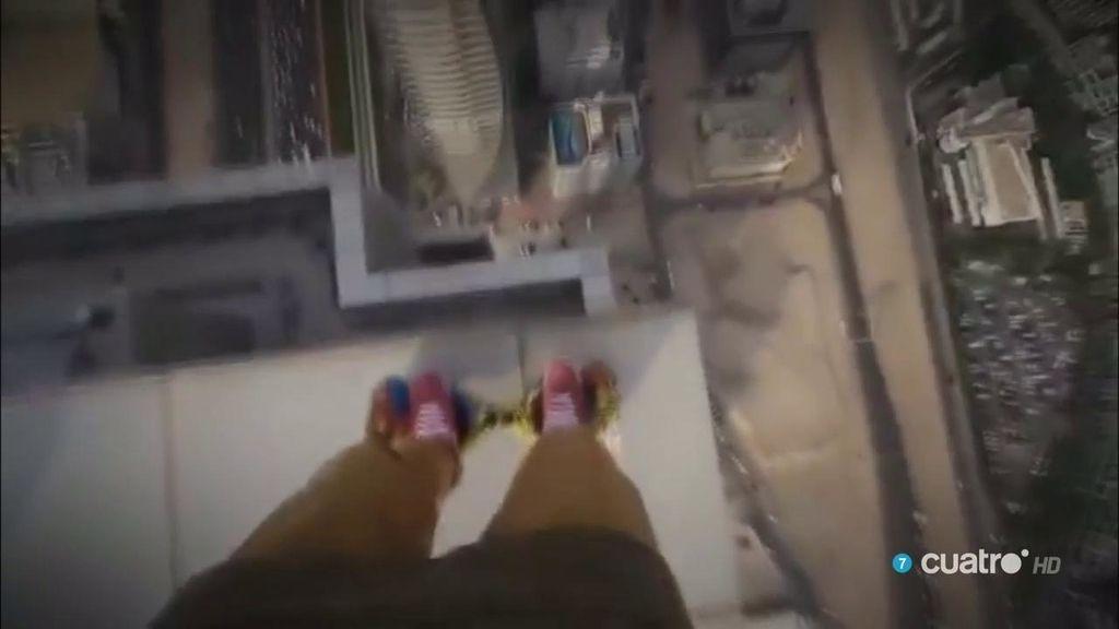 ¡Morimos de vértigo! 😱 Arriesga su vida sobre los rascacielos para emitirlo en internet