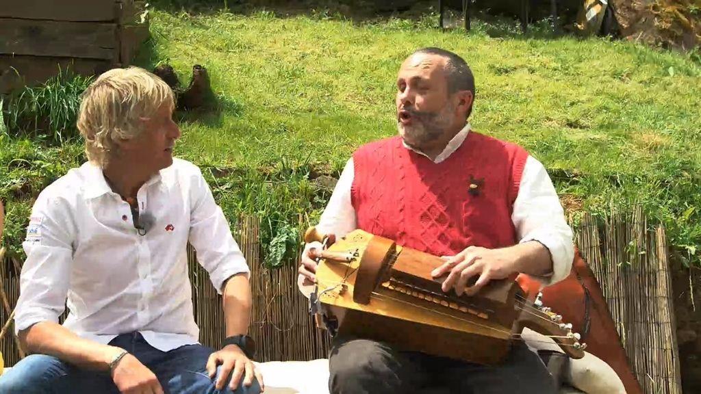 Jesús Calleja es recibido en Pincelo con la música de la zanfona