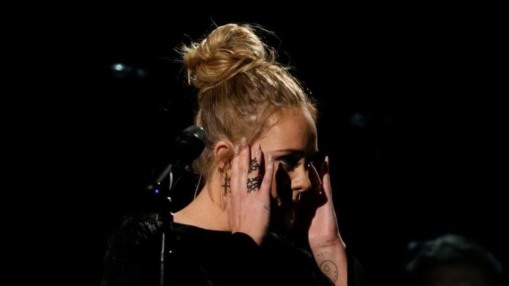 El error de Adele en los Grammy 2017: se equivoca cantando y empieza de nuevo