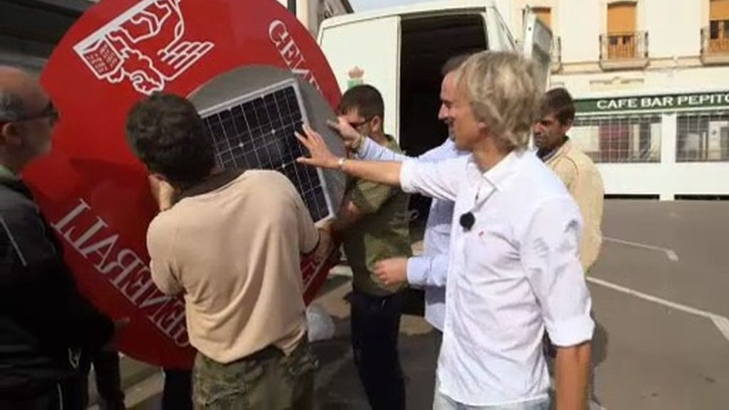 """Los vecinos de Tabernas plantan una """"seta solar"""" para recargar sus móviles"""