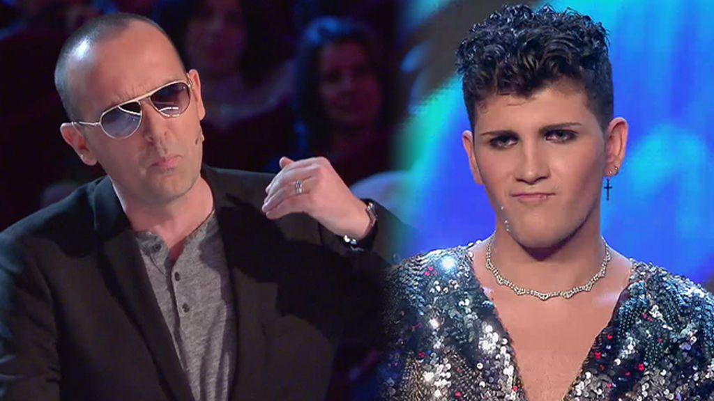 Lleno de lentejuelas y abalorios, Santiago León se sube al escenario