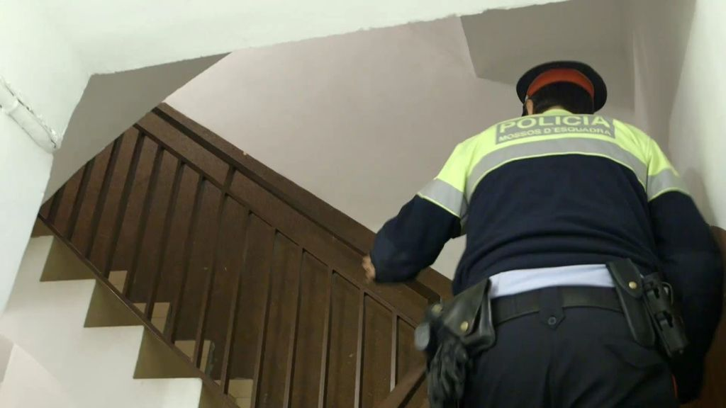 Los vecinos de La Trinidad presencian la ocupación de sus pisos en persona