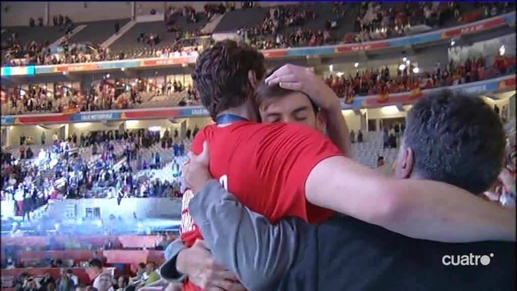 La imagen más tierna de Pau Gasol: saltó a la grada para abrazarse con su familia