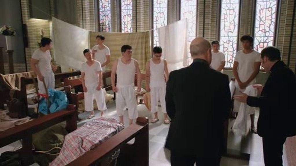 El padre Ángel acoge en la iglesia a unos falsos monjes Shaolin