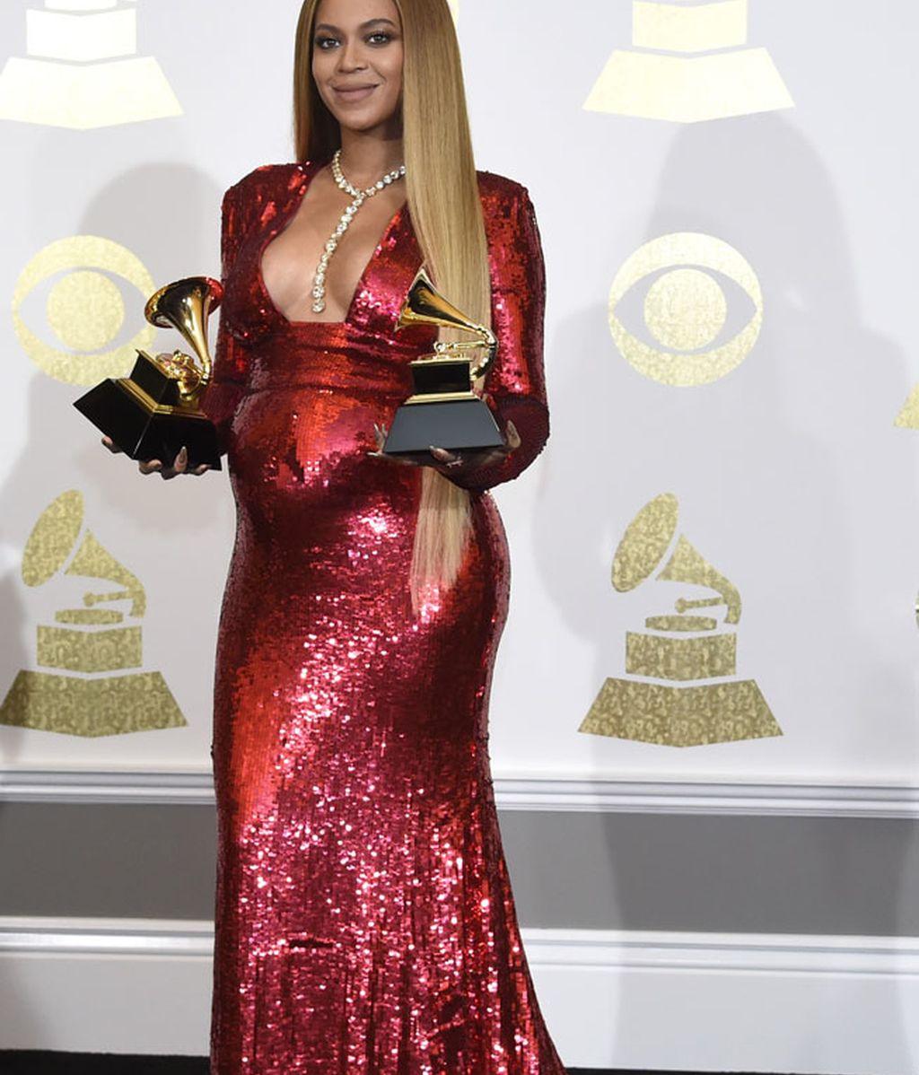 El rojo de lentejuelas de Beyoncé, marcando barriga, que se llevó dos Grammys