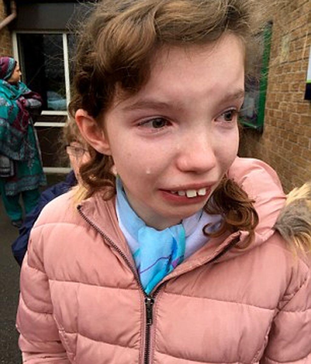 Madre comparte la foto de su hija llorando por una huelga de profesores