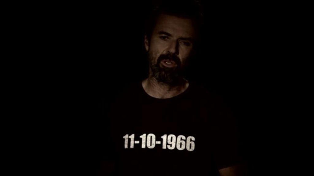 El cantante muestra una camiseta con su fecha de nacimiento