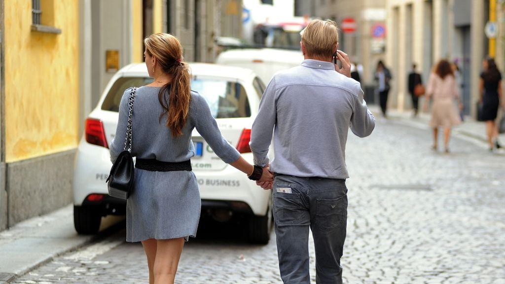 Un pareja caminando