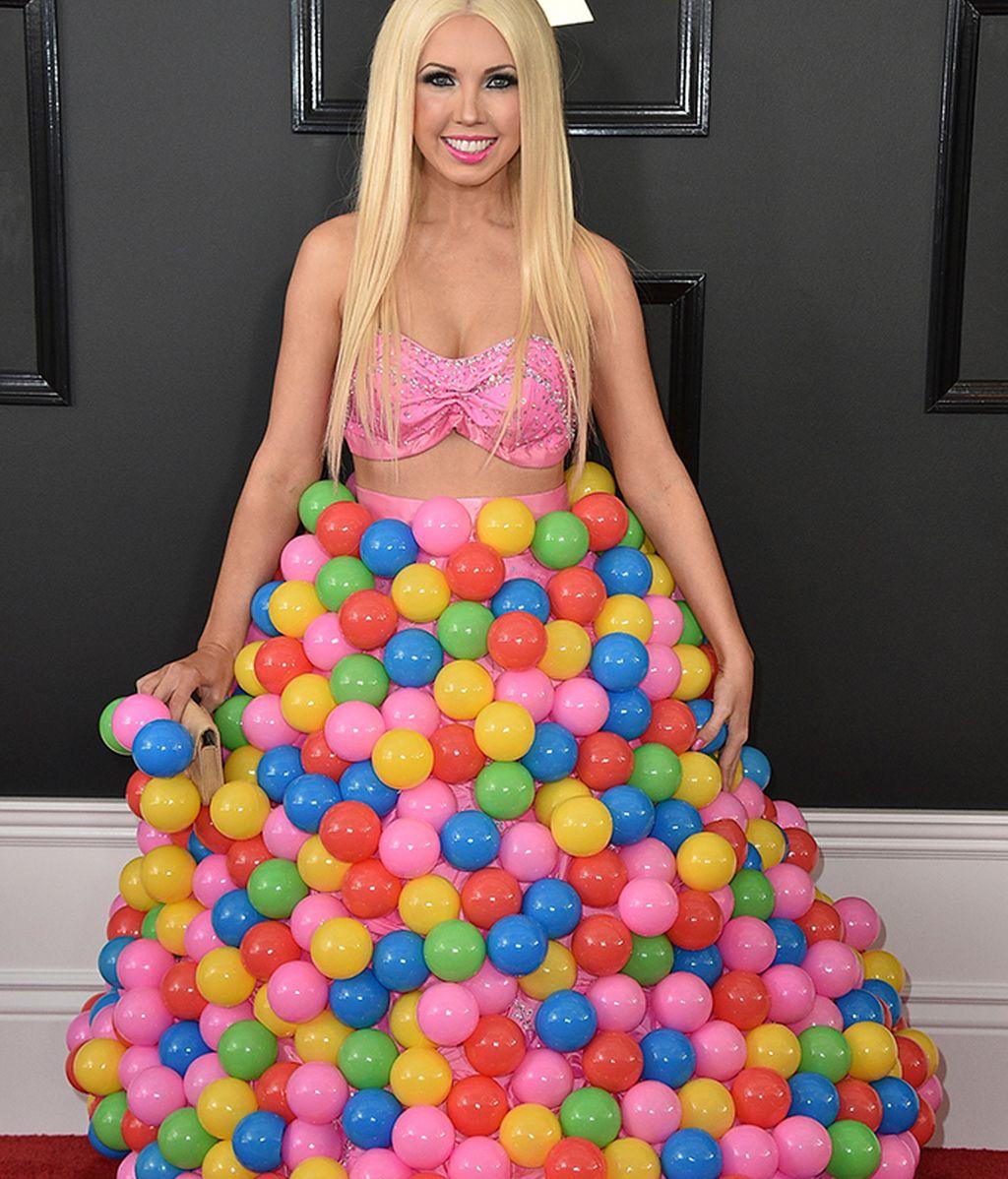 Girl Crush con un vestido de bolas de plástico