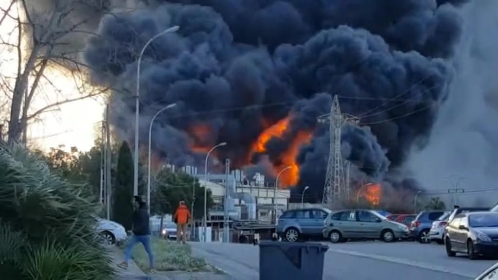 Arde una nave de productos químicos en Paterna