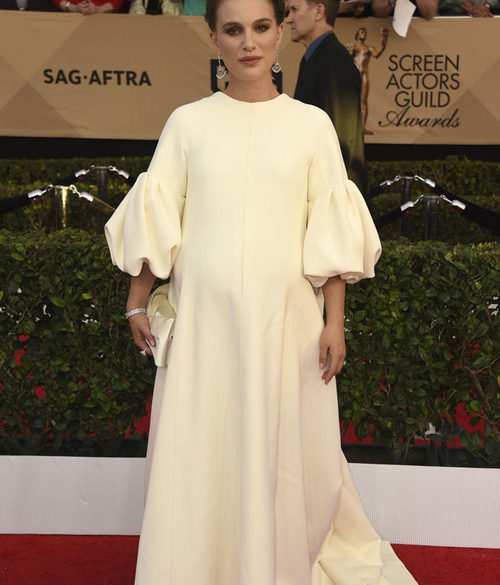 Natalie Portman pisó la alfombra roja con un 'total white' de Dior