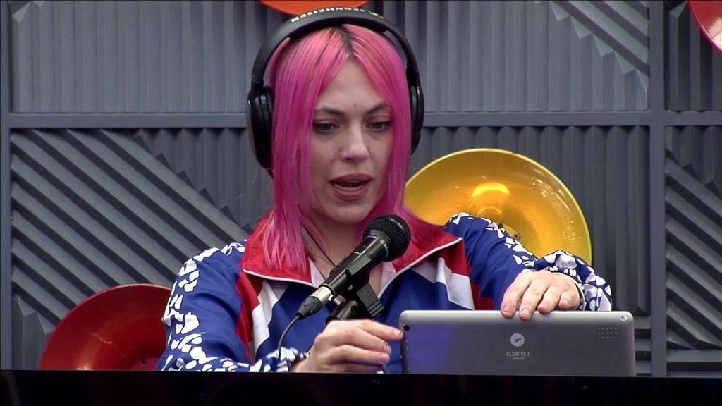 Daniela Blume pelo rosa