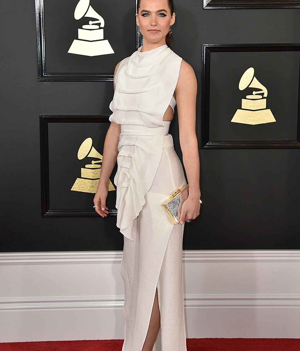 Sophie Hawley Weld con vestido blanco