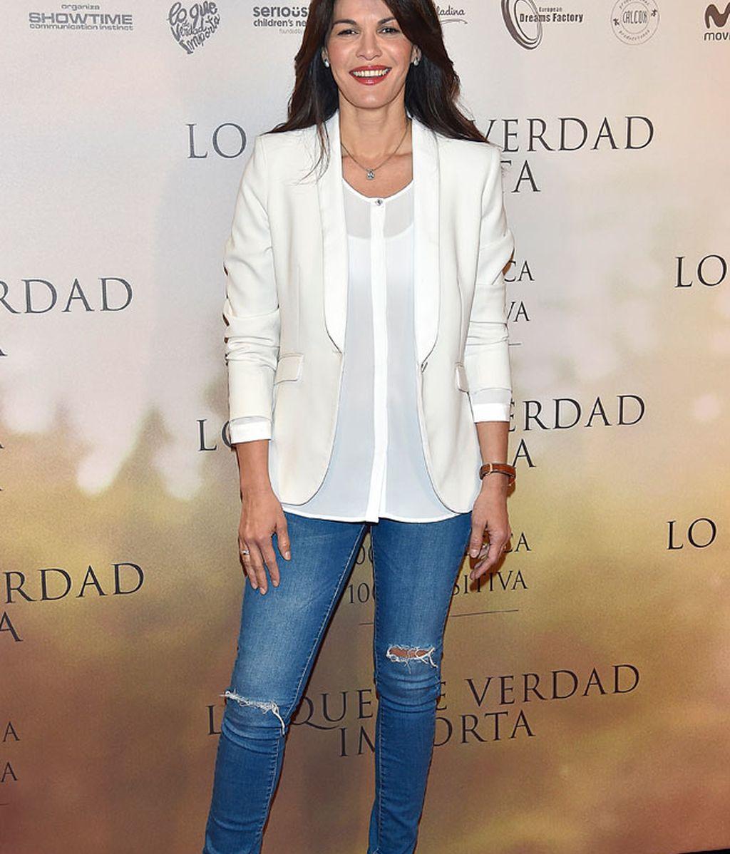 Fabiola Martínez, aire primaveral con vaquero y camisa blanca