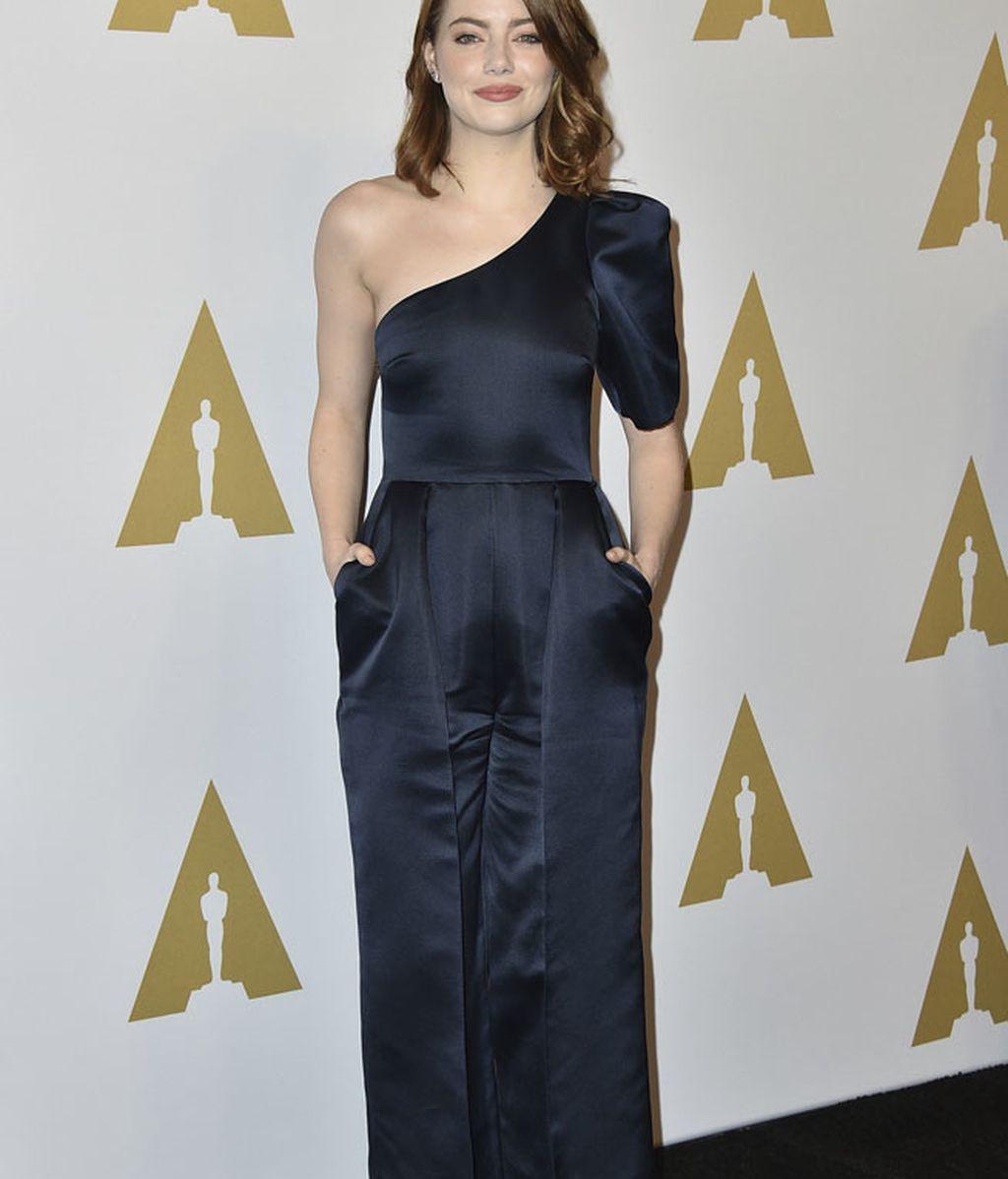 Emma Stone lució un mono asimétrico de Stella McCartney