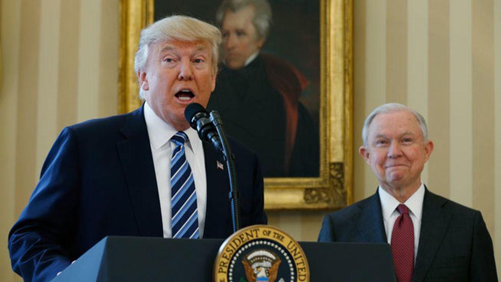 """Trump firma tres órdenes ejecutivas para """"restaurar la seguridad"""" en Estados Unidos"""