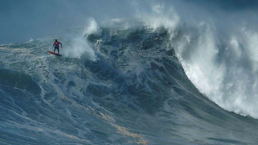 Un surfista entre las olas