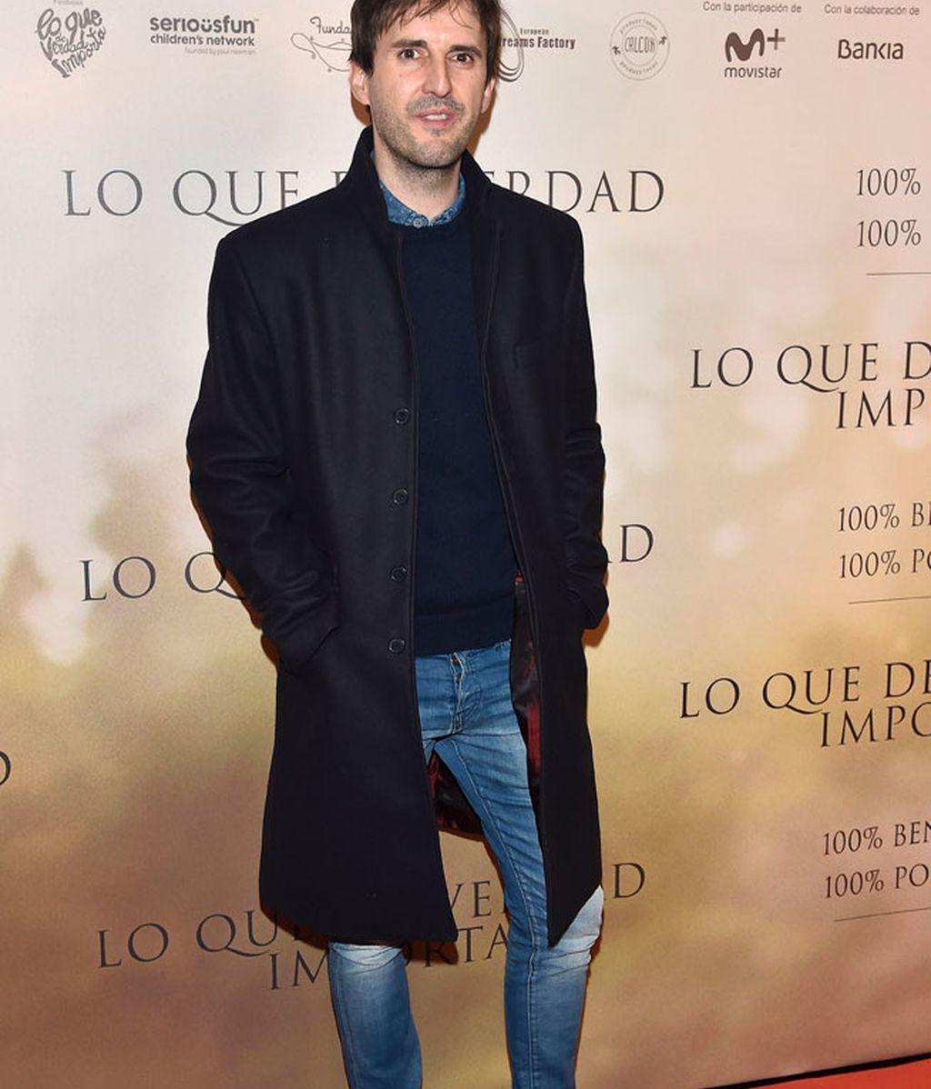 Julián López eligió un abrigo tres cuartos, vaqueros y Adidas gazelle