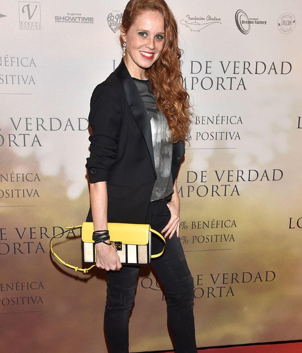 María Castro, toque de color a su estilismo con un bolso amarillo