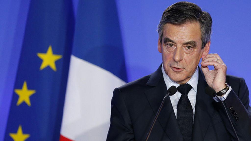 """Fillon admite que fue un """"error"""" contratar a familiares y """"pide perdón a los franceses"""""""