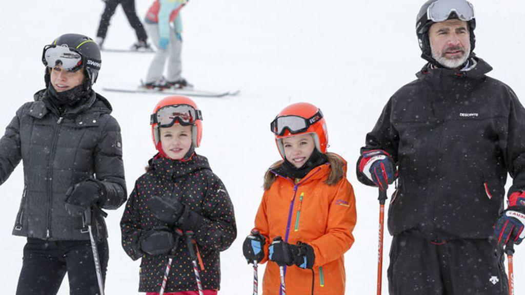 Es la primera vez que Leonor y Sofía posan esquiando