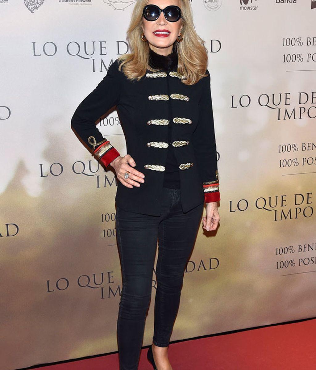Carmen Lomana, con chaqueta de nudos, pitillo y gafas de sol