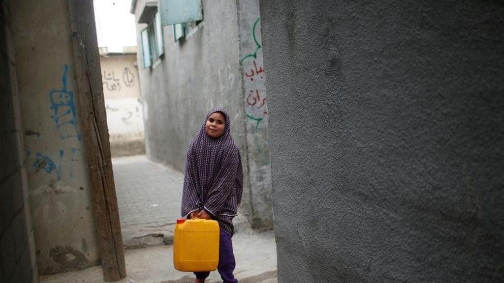 Una niña va a por agua potable en Gaza
